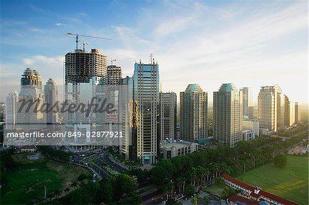 Fin après-midi vue d'immeubles de bureaux et de la construction le long de Jalan Jend Sudirman, Jakarta