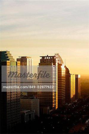 Fin d'après midi soleil réfléchit les immeubles de bureaux et de gratte-ciel le long de Jalan Jend Sudirman, Jakarta