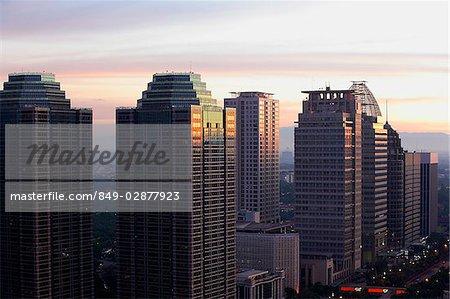 Fin après-midi vue d'immeubles de bureaux et de gratte-ciel le long de Jalan Jend Sudirman, Jakarta