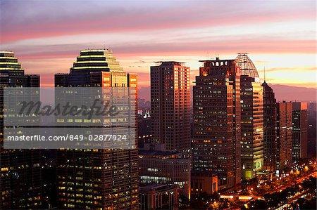 Coucher de soleil vue des immeubles de bureaux et de gratte-ciel le long de Jalan Jend Sudirman, Senayan, Jakarta