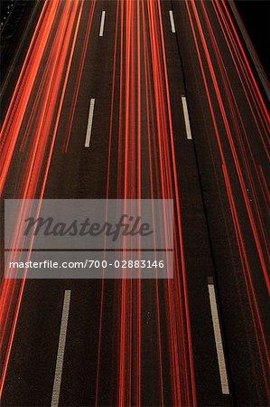 Feux arrière des stries sur la route pendant la nuit près de Stuttgart, Bade-Wurtemberg, Allemagne