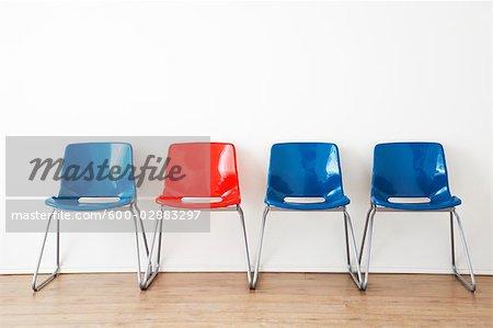 Rangée de chaises rouges et bleus dans la salle d'attente