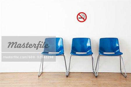 Rangée de chaises bleues dans la salle d'attente