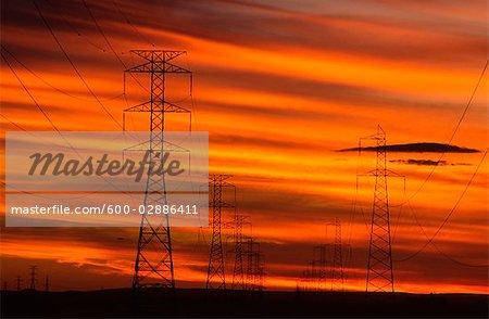 Pylônes de Transmission de puissance au coucher du soleil