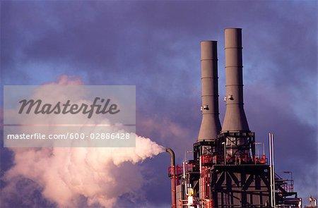 Pollution de l'air, cheminée d'usine émettant des vapeurs