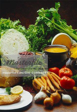 Marmite de soupe, pain, haricots et légumes