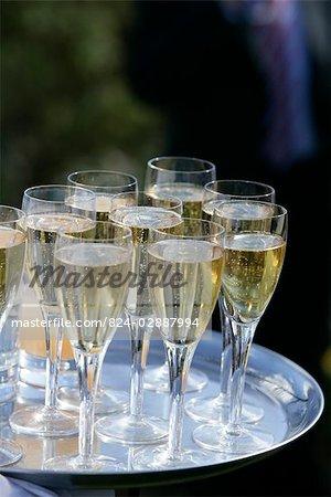 Champagne auf silbernen Tablett.