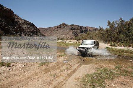4 x 4, conduite par le biais de l'eau dans le Canyon de Purros, Purros, Kaokoland, Namibie