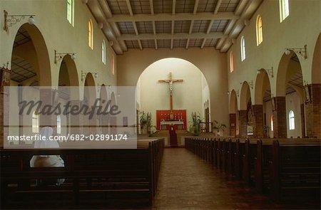 Nun prier dans l'église de la mission catholique, Vanrhynsdorp, Province du Western Cape, en Afrique du Sud