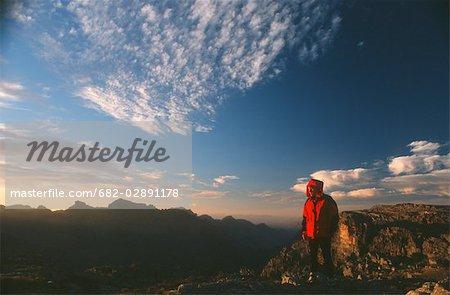 Femme en admirant la vue au coucher du soleil dans les montagnes Cederberg, Province occidentale du Cap, en Afrique du Sud