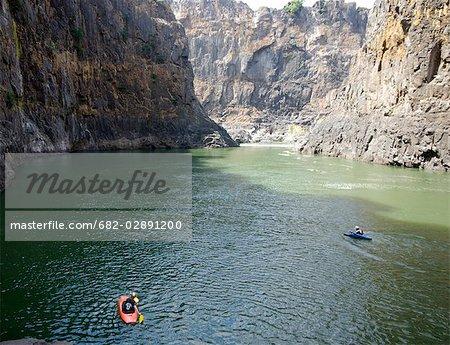 Deux kayakistes commencent à pagayer en amont sur le fleuve Zambèze, Matabeleland Nord, Victoria Falls, Zimbabwe
