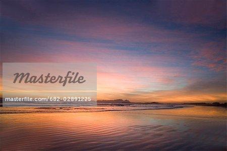 Coucher de soleil sur la plage au Strand avec la montagne de la Table dans le fond, Cape Town, Western Cape Province, Afrique du Sud
