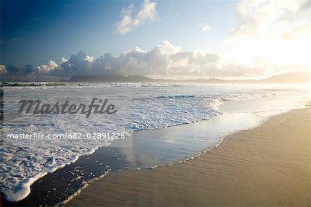 Nuage de réflexions sur la plage avec Simonstown dans la fond, Cape Town, Western Cape Province, Afrique du Sud