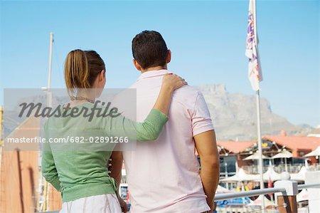 Jeune couple à la recherche à la montagne de la Table de la Waterfront, Cape Town, Province occidentale du Cap en Afrique du Sud