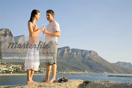 Jeune couple enjoying sundowners avec Table Mountain en arrière-plan, Cape Town, Western Cape Province, Afrique du Sud