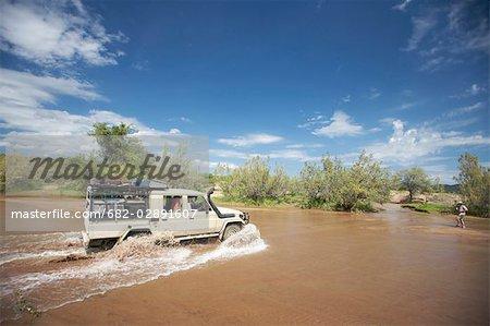 rivière de 4 x 4 passage près de Ruacana, North Kaokoland, Namibie