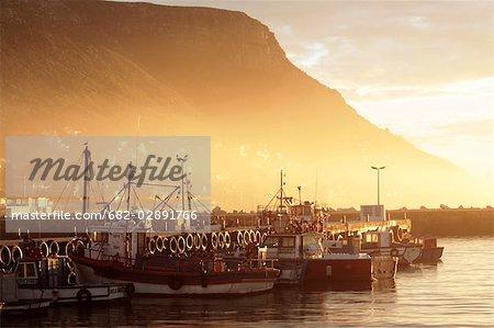Bateaux de pêche à l'aube, Kalk Bay Harbour, Province occidentale du Cap, en Afrique du Sud
