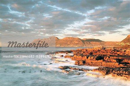 Vue d'aube de la ville de Simon, vue l'aube de la ville de Simon Kalk Bay, Western Cape Province, Afrique du Sud