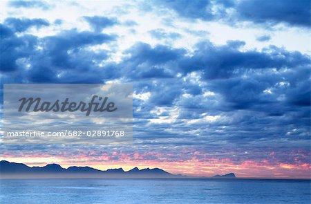 Vue sur la baie de False Cape Hangklip de Kalk Bay à l'aube, la Province du Western Cape, en Afrique du Sud