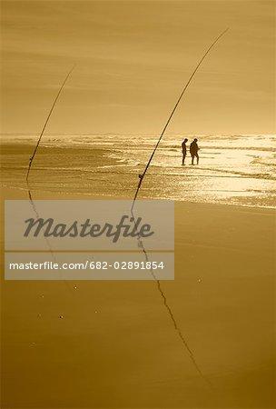 Silhouette de deux pêcheurs sur la plage, des aiguilles, Province occidentale du Cap, Afrique du Sud