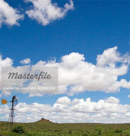 Moulin à vent dans une scène de paysage ouvert