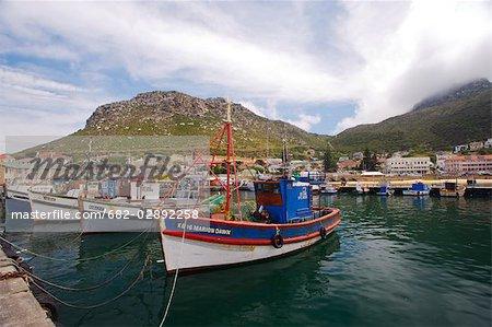 Vue sur le port avec des bateaux de pêche locaux au premier plan