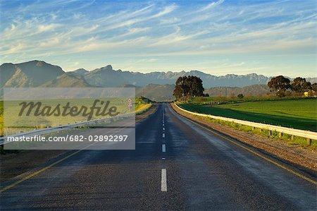 Route de R44 déserte jusqu'aux montagnes de Witsenberg près de Hermon