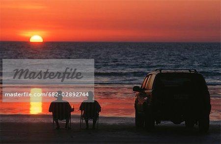 Pêcheurs bénéficiant d'apéritifs au crépuscule. District de Swakopmund, en Namibie.
