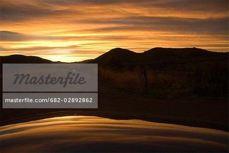 Scène au coucher du soleil sur un barrage