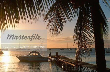 Silhouette d'un bateau amarré contre une jetée