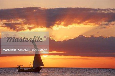 Silhouette d'un boutre voile au coucher du soleil