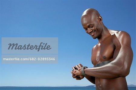 Portrait d'athlète regarder chronomètre