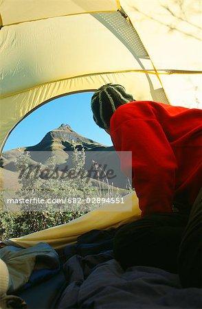 Randonneur à la recherche d'une tente