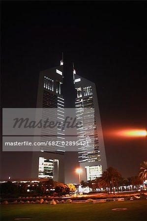 Veilleuses de l'Emirates Towers pendant la nuit. Dubai, United Arab Emirates