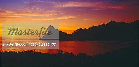 Coucher de soleil depuis Chapmans Peak vers Hout Bay et le Sentinal. Cape Town, Province du Western Cape, Afrique du Sud
