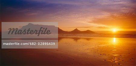 Vue de Blouberg beach vers Cape Town au coucher du soleil. Blouberg, Province occidentale du Cap, en Afrique du Sud