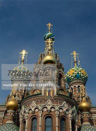 Dômes dorés et décorés de l'Eglise du sang versé à Saint-Pétersbourg, en Russie, Europe