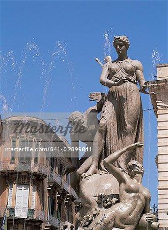 The Aretusa fountain, Syracuse, Sicily, Italy, Europe