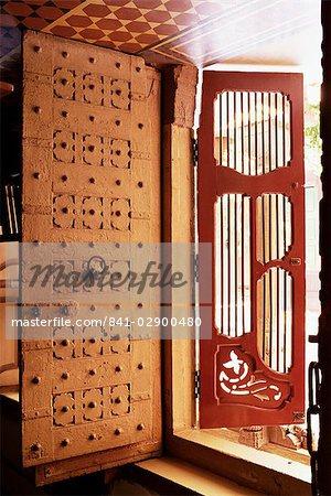 Traditionelle Holztüren und offener Grill, so dass Kreuz Lüftung in ...