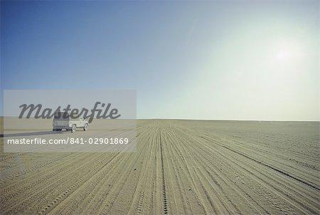 Véhicule solitaire dans le désert, Plaine du Tidikelt, Algérie, Afrique du Nord