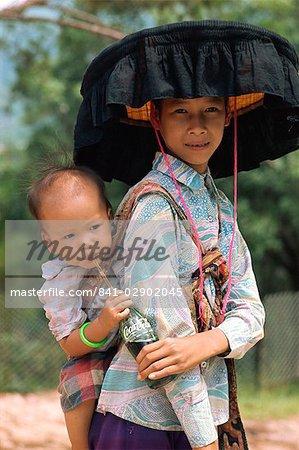 Femme En Costume Traditionnel Et Grand Chapeau Noir à Jabot Avec