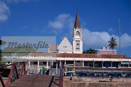 Cathédrale catholique romaine et front de mer de construction, Dar-es-Salaam, Tanzanie, Afrique de l'est, Afrique