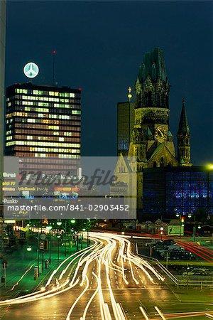 Le Kaiser Wilhelm bâtiments d'églises et les environs éclairés la nuit sur la Kurfürstendam à Berlin, Allemagne, Europe