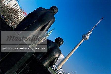 Statues de Marx et Engels, avec la tour de télévision ou de la Fernsehturm au-delà, Berlin, Allemagne, Europe
