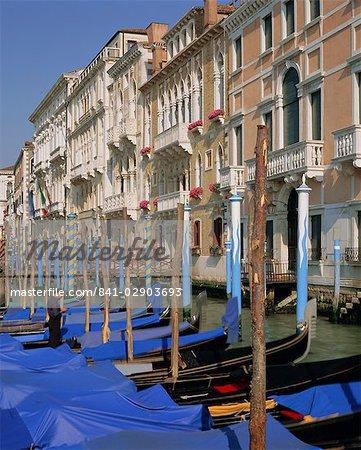 Gondoles amarrées sur le Grand Canal, Venise, Vénétie, Italie