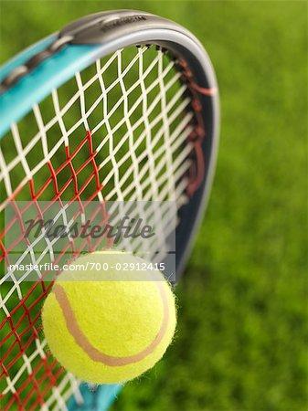 Nahaufnahme von Tennisball und Schläger
