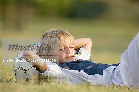 Joueur de football avec la tête sur le football