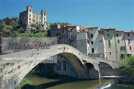 Du XVe siècle Doria château et pont médiéval sur la rivière Nervia, à Dolceacqua, Ligurie, Italie, Europe