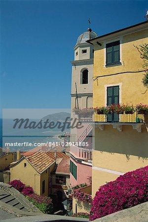 Tour et maisons donnant sur la côte dans la ville de Cervo en Ligurie Riviera italienne, Italie, Méditerranée, Europe