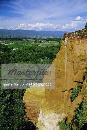 Ocre falaise et village, Roussillon, Luberon, Provence, Vaucluse, France, Europe